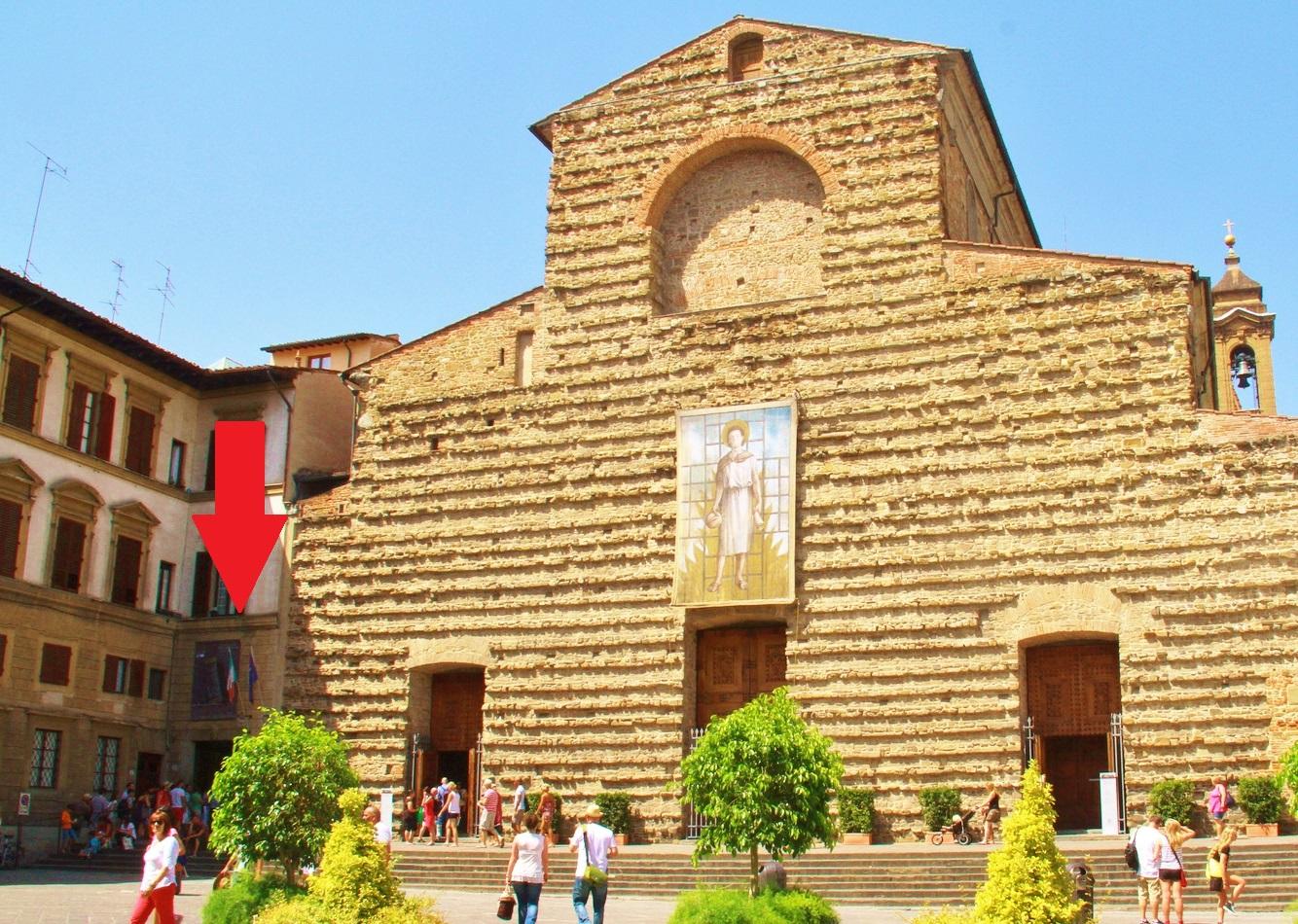 Basílica di San Lorenzo - a entrada da Biblioteca é na porta marcada com a seta