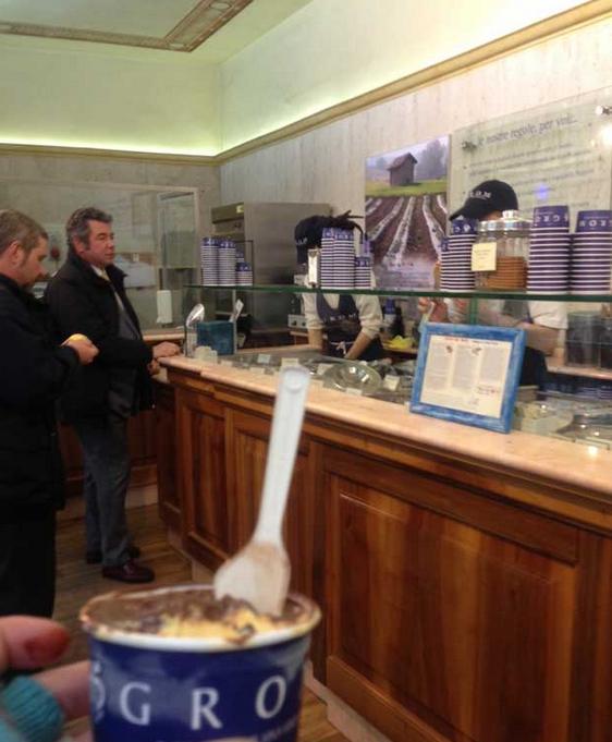 Tomando um gelato na Grom de Florença