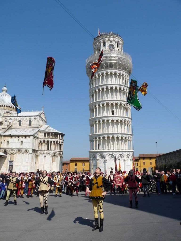 Capodanno Pisano. Sbandieratori al Duomo a.(14)