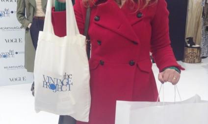 Que tal comprar roupas de grandes marcas a baixos preços e ainda fazer beneficência?