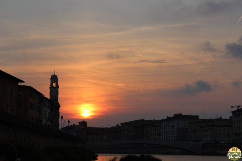 Pisa ao pôr-do-sol