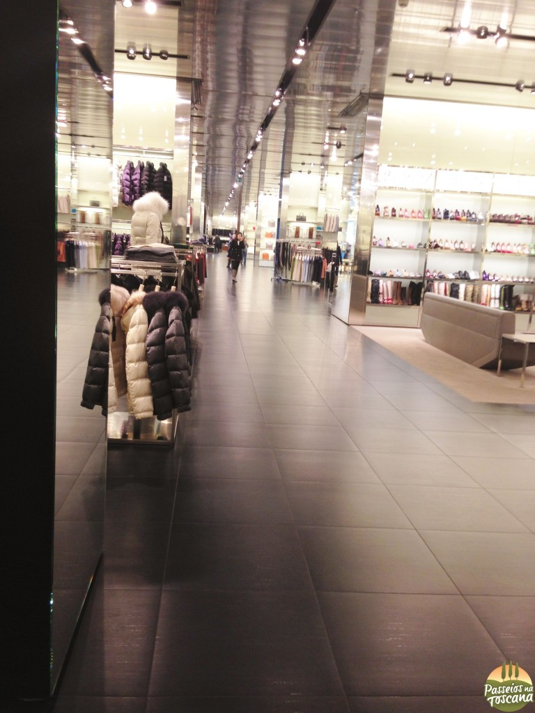Interno do Prada Outlet