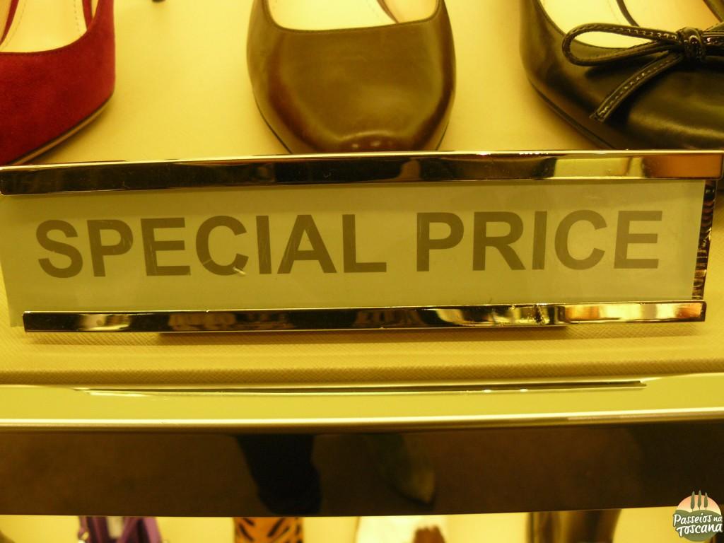 """fique de olho nos outlets  nas áreas de """"Special Price"""""""