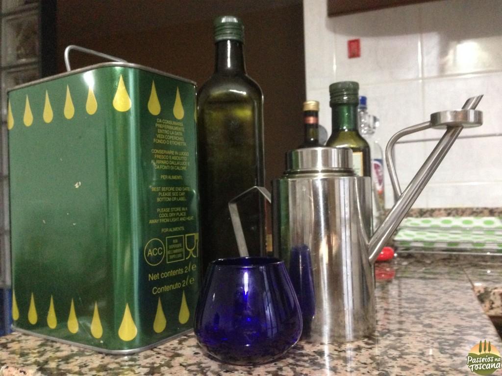 vários tipos de azeite que eu tenho na minha casa e em este copinho azul é o copo de degustação de azeite profissional
