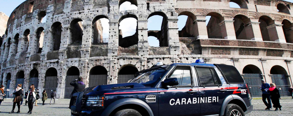 A carabinieri paramilitary car patrols in front of the Colosseum in Rome February 17 , 2015. REUTERS/Max Rossi (ITALY - Tags: TRAVEL SOCIETY CRIME LAW TRANSPORT)