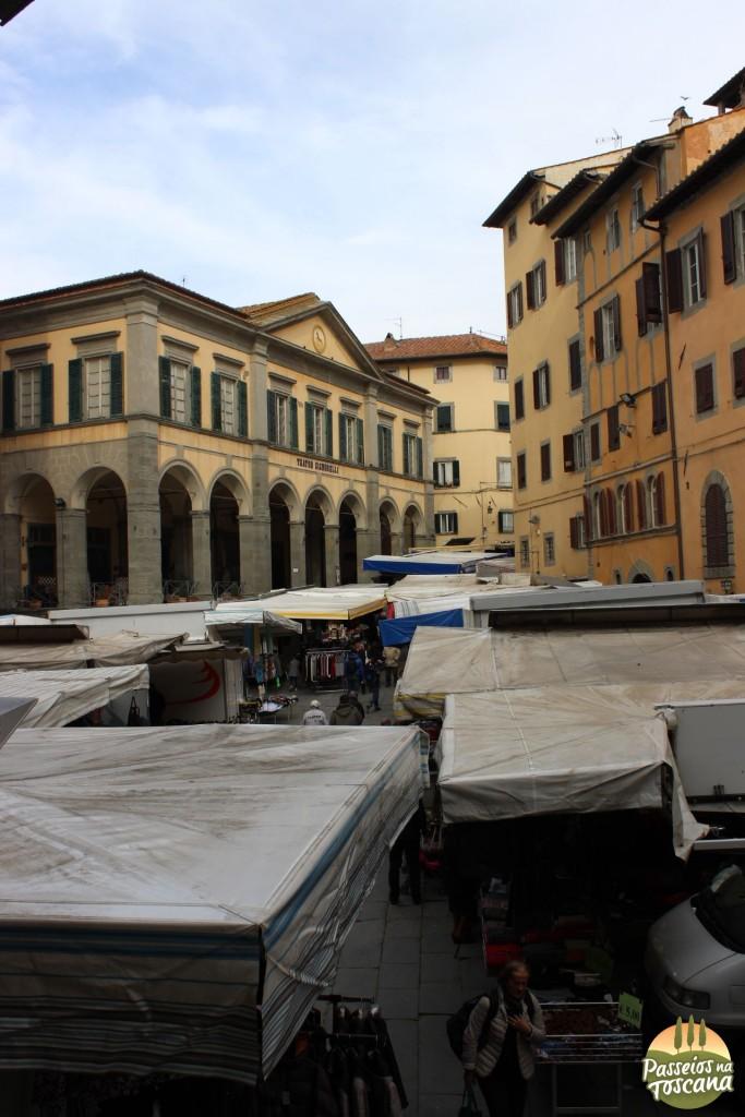 Piazza Signorili em dia de feira, que é todo sábado.