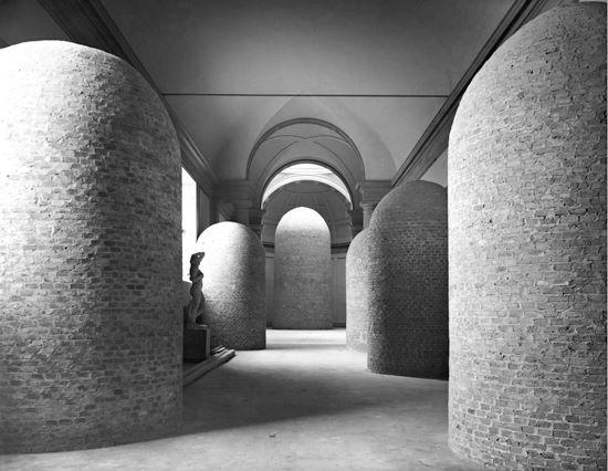 Sabe qual lugar é esse? É o corredor do Museu da Galleria dell' Accademia, onde fica o David, ele esta protegido por tijolos e sacos de areia. O Davis seria a estatua central.