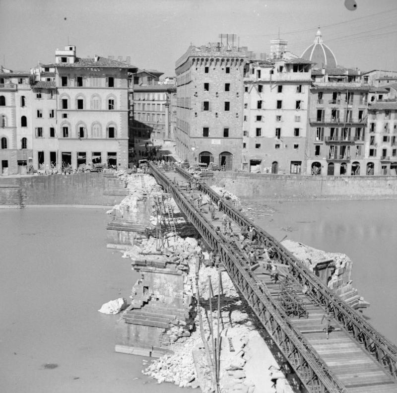 Ponte provisória construída por cima dos escombros da Ponte Santa Trinita. Foto: WikiCommons