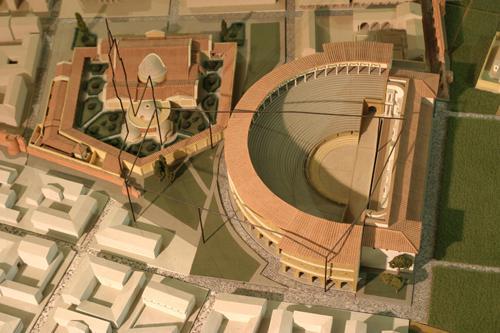 na imagem: desenho de como era o teatro romano e o desenho em preto, é onde hoje esta posicionado o Palazzo Vecchio sobre os restos arqueológicos do teatro. Imagem: Muse Firenze
