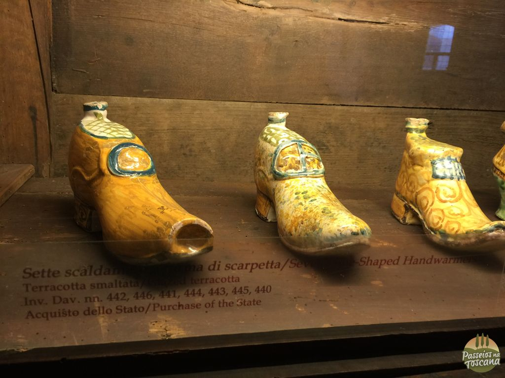 esses sapatinhos de cerâmica funcionavam para esquentar a cama, colocando água quente neles.