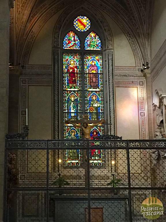 detalhe dos vitrais e no centro o Crucifixo de Donatello.