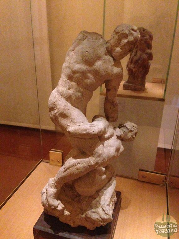 """O """"rascunho"""" da escultura Os dois lutadores, que Michelangelo não levou adiante."""
